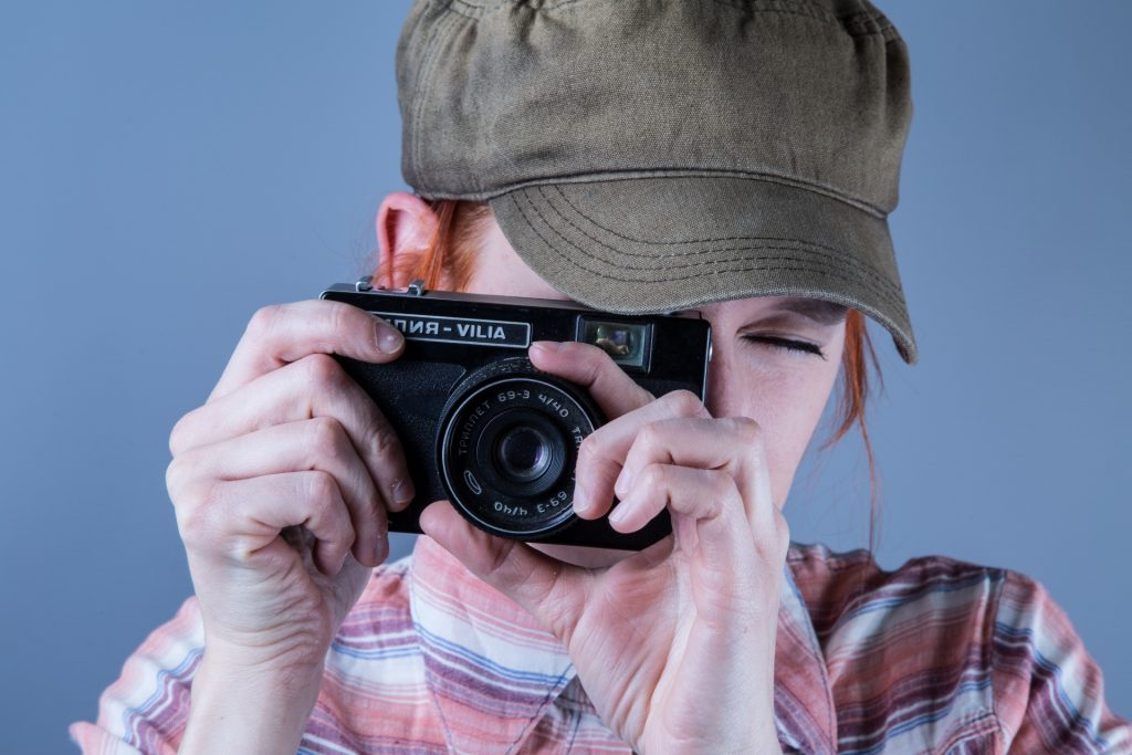 woman-with-camera-1464101754ZJ6